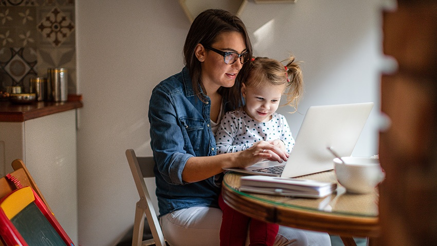 MomDaughter_Laptop_850